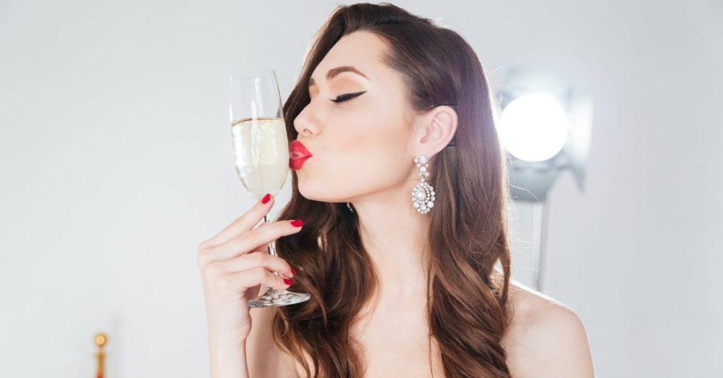 Что алкоголь делает с вашей кожей гиалуроновой кислотой